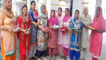 महिलाओं ने बछ दुआ पर की पूजा-अर्चना