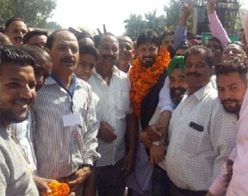 कार्यकर्ताओं संग मनाया जीत का आनंद