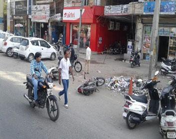 मार्केट के आगे पार्क वाहनों को सड़क पर फैंका