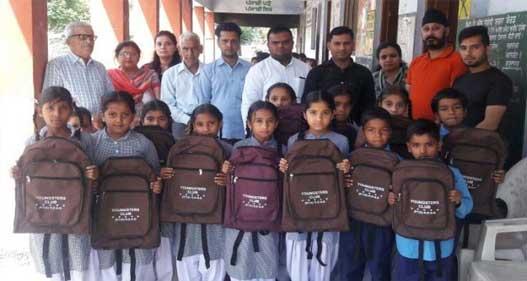यंग स्टार क्लब ने स्कूली बच्चों को दिए बैग