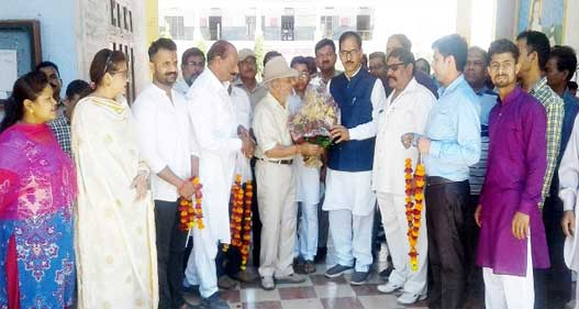 विधायक जोगिन्द्र पाल ने नन्हें-मुन्ने बच्चों को दिया अपना आशीर्वाद